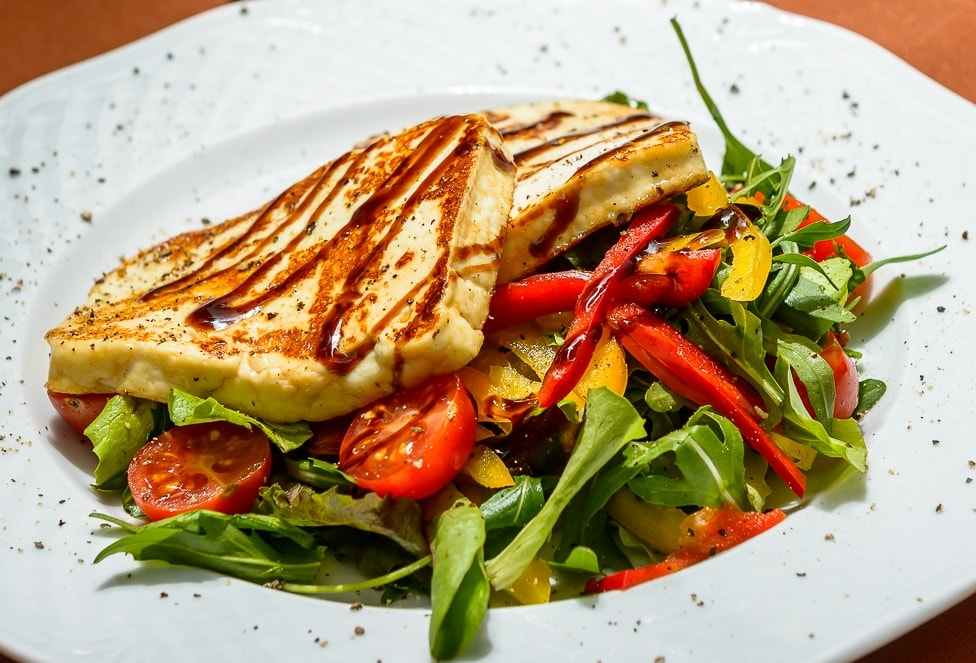 Grilled halloumi cheese with fresh side salade
